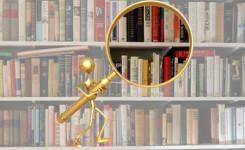 Afbeelding van een mannetje met een vergrootglas voor een rek vol boeken.